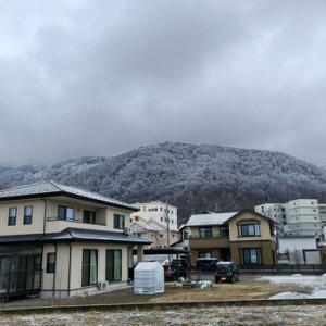 雪の里山とアルプス