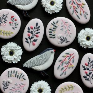 植物や鳥のカラフルなクッキー
