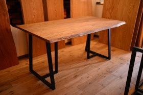 アンティーク仕上げの耳付きクリ天板×アイアン脚の無垢テーブル完成!