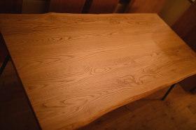 マットウレタン仕上げの無垢クリの耳付き天板×アイアン脚テーブル完成!