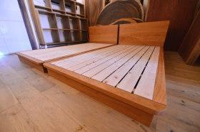 桜の木目を活かした総無垢オーダーベッド×2と無垢ウォールナット×アイアン脚テーブル完成!