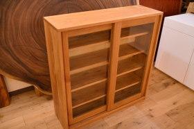 大きなガラス引き戸のオークサイドボードとモンキーポッド輪切りテーブル完成!