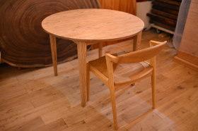 アンティーク仕上げのクリ材丸テーブル&チェア完成!
