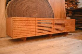 桜(チェリー)格子テレビボート完成と黒檀洗面台天板と桜の一枚板