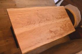キラキラ木目が美しい樺桜とモンキーポッド輪切りテーブル完成!