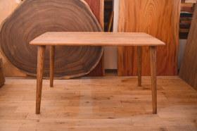 国産クリ材を使ったトノウ型×丸脚テーブル完成!