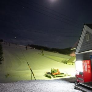 人工降雪機フル稼働の菅平高原スキー場に到着