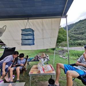 和知野川に来たら多少寒くてもやるでしょ、水遊び