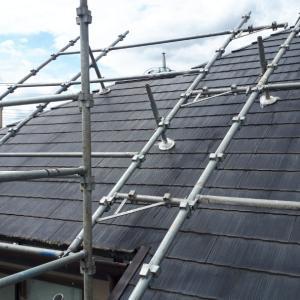 晴天を狙い屋根塗装が始まりました。