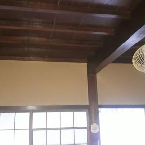 広間に壁掛けエアコンを据付工事