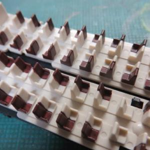座席を塗ろう KATO#10-426 189系「あずさ」の色差し(その10)