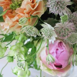 初夏:芍薬とバラの花束