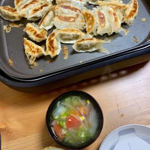 今日の晩ご飯: ホットプレートで餃子。