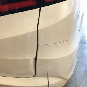 車を電柱にぶつけてしまった!