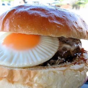 遠鉄ストアベーカリーの月見バーガー美味しいだよ