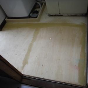 洗面所とトイレの床 ~ 洗面所床工事が完成。