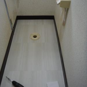 洗面所とトイレの床 ~ トイレの床工事終了 。