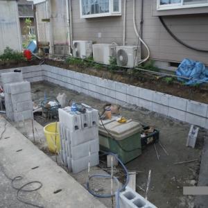新しい駐車場 ~ブロック積みと砕石敷き 。
