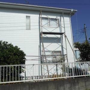 窓の防災対策 ~ 仮設足場組みと掃出し窓シャッター取付。