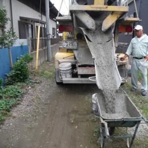 物置と軒天補修 ~ コンクリート打設。
