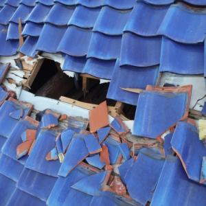 屋根、壁、テラスの補修 ~ 台風被害 。