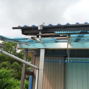 屋根、壁、テラス ~ 木製テラスとアンテナ。