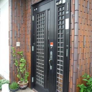 玄関トドア補修 ~ ドアが急に閉まって危険。