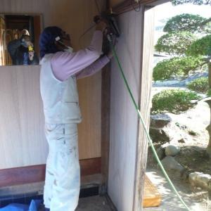 玄関の内装工事 ~ 母屋の玄関壁の板張り。