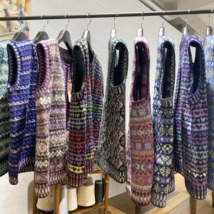 温かくて軽い1点ものフェア アイル ベストって!?編み目柄も配色もすべてオリジナルです。