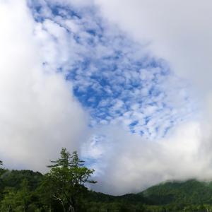 雲間から秋の空