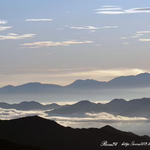 青い山並みと雲海