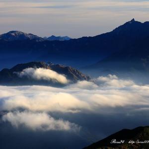 雲海に浮かぶ焼岳と槍ヶ岳