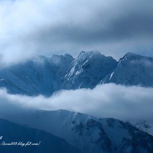 雲湧く山稜