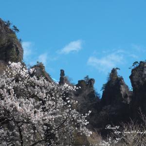 聳え立つ岩山