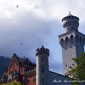 お城の上空にパラグライダー