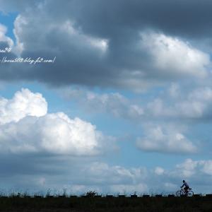 雲湧く道を自転車で