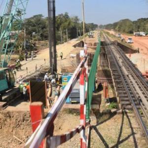 運輸通信大臣がToungoo-Yangon鉄道のアップグレード工事を視察