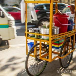 ヤンゴン市内のカート行商