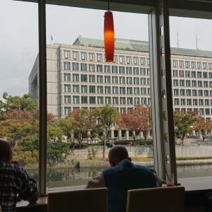 大阪市庁の前でモーニングコーヒー