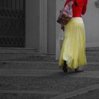イエロー 黄色のスカートを秋冬ファッションに取り入れる