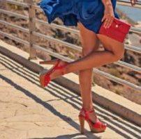 赤い財布を持つ ロイヤルレッド 仕事運