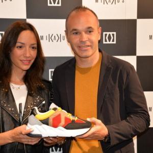 <イニエスタ選手のスニーカーブランド>神戸に世界初出店! 哲学反映させた厚底デザインも