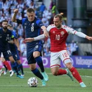 デンマーク代表MFエリクセンが試合中に突然倒れ込む、ピッチ上で心臓マッサージも
