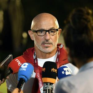 日本と対戦するスペイン代表が前日練習 右手骨折の監督は笑顔で取材応じる