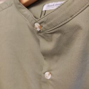ストレッチポプリンリラックスフィットバンドカラーシャツ