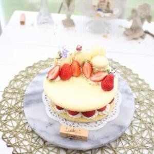 苺のマカロンケーキ