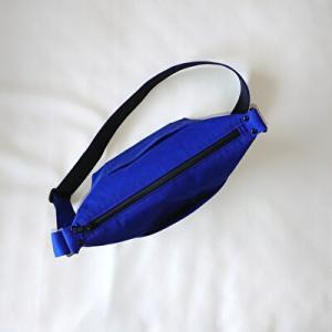 ブルーの台形ショルダーバッグ