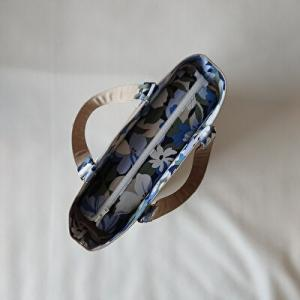 ベージュ×ブルー系花柄のトート