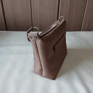 茶色のワンストラップのバッグ