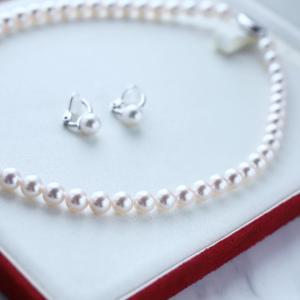 お母様からお嬢様に花珠真珠のネックレスを贈ります。
